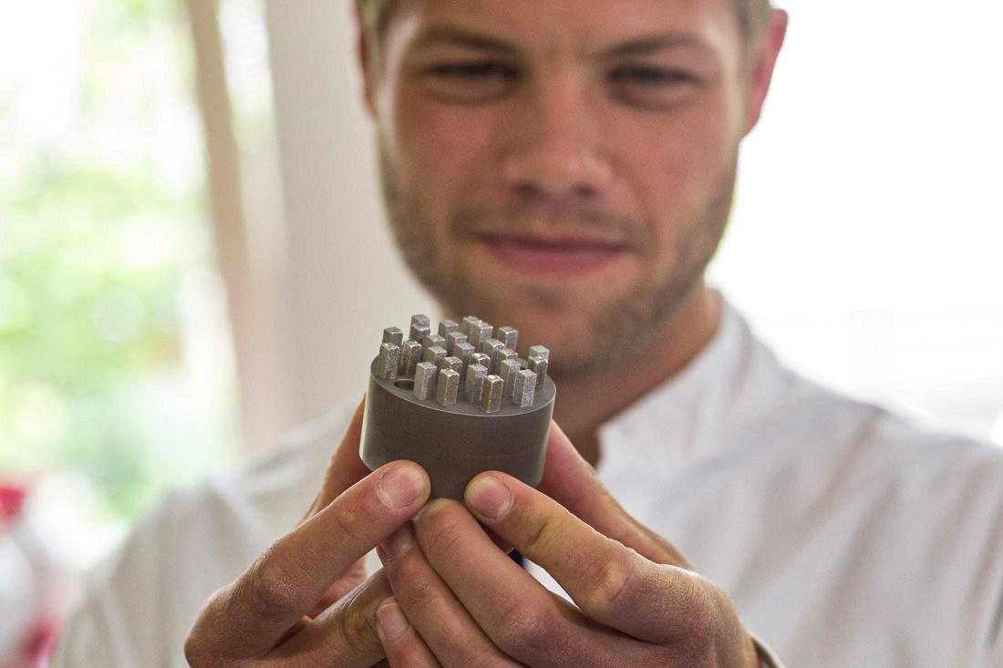 Marcel Hesselmann bei der Werkstoffprüfung, Bild: Lehmkühler