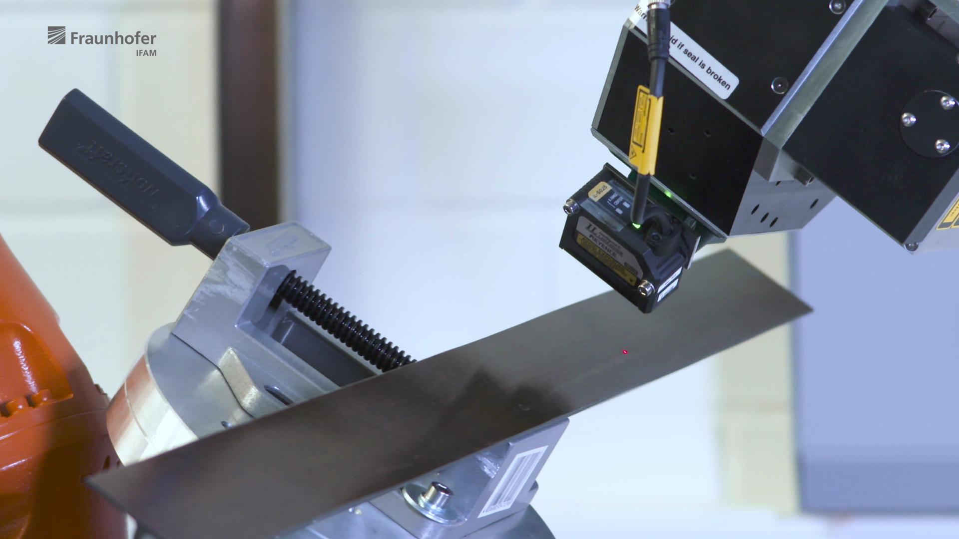 Kompakter LIBS-Messkopf am Robotersystem